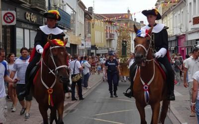 La vierge de la Madeleine se rend en procession jusqu'aux arènes, précédée des deux alguazils à cheval...