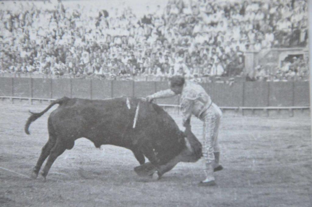 """Rafael Ortega, né en 1921 à San Fernando, mort à Cadix en décembre 1997, champion des estocades """"hasta la bola""""..."""