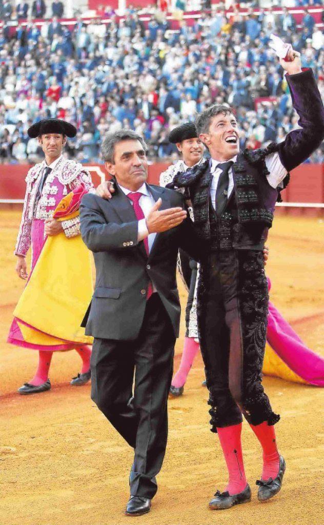 Victorino Martin fils accompagne le torero Manuel Escribano dans une vuelta triomphale, à Séville, en avril 2016, après la grâce méritée du toro Cobradiezmos...